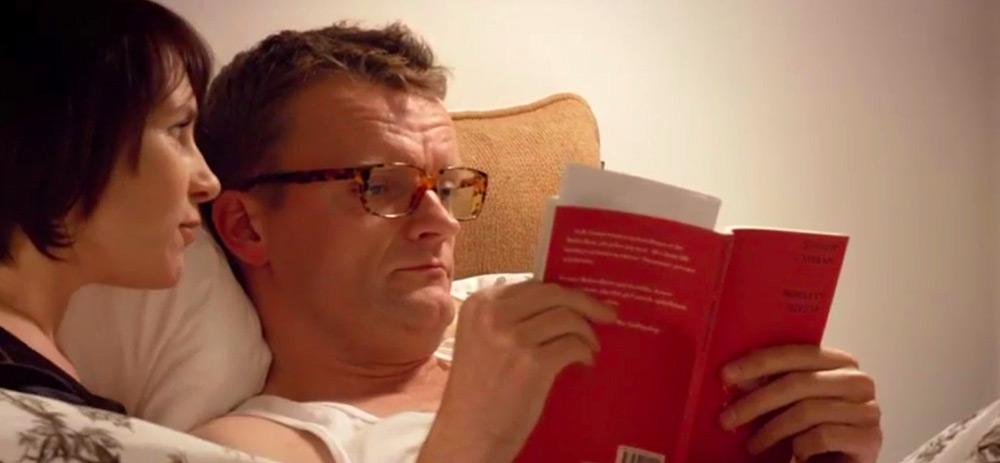 Fig. 3: Bogens røde omslag springer tydeligt i øjnene og får os allerede fra begyndelsen til at overveje bogens betydning for filmen.