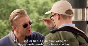 Fig. 8: Casper gør det klart for Frank, at kanoturen er en 'Tour de Fisse'. Solbrillerne peger visuelt på, at han er på en form for flugt – han vil ikke ses (eller se sig selv) i øjnene.