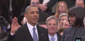 """Fig. 3: Michelle Obama ser forundret til, mens Barack Obama siger """"I'm proud to say your momma took a Cosby sweater""""."""