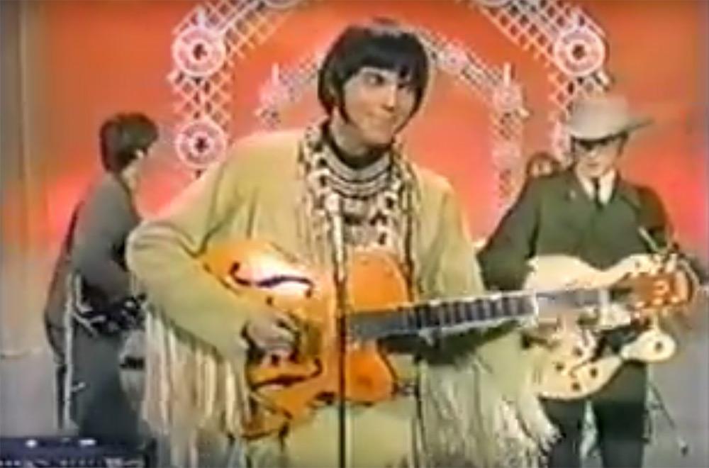 """Fig. 4: Et tilbageskuende og vedvarende element i Journey Through the Past er tidlige koncert-optagelser, her med Buffalo Springfield i 1967. Young skærer ansigter og fjoller rundt og man fornemmer den absurde kontrast i en situation, hvor bandet skal fremstå glade og underholdende i et tv-show, mens de spiller """"Mr. Soul"""", en sang der beskriver både fremmedgørelse og dødsangst – ikke ligefrem hjørnestenene i good clean family entertainment."""