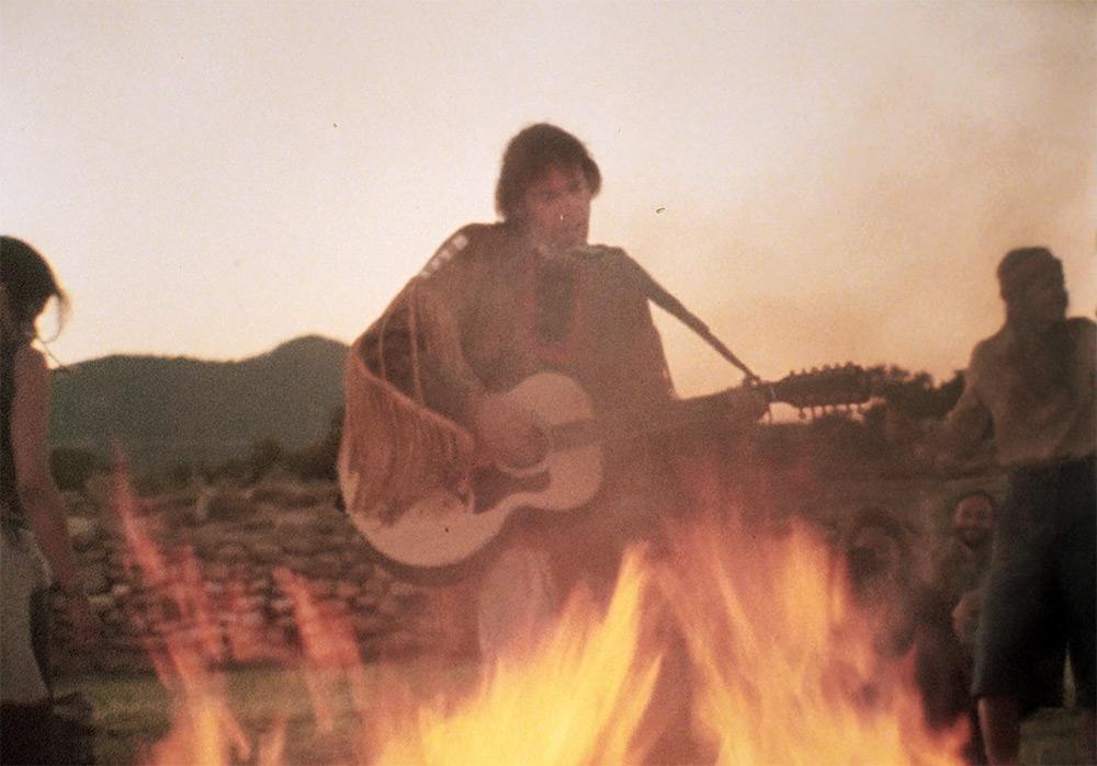 """Fig. 8: Drømmesekvenserne i filmen er både blændende smukke og aldeles trippede. Her spiller Neil Young tolvstrenget guitar indhyllet i flammer. Dennis Hopper der også medvirkede i filmen erindrede: """"Alle dansede omkring bålet og de virkelige indianere var totalt befippede. De tænkte sikkert: De her skide blegansigter er godt nok fra forstanden."""