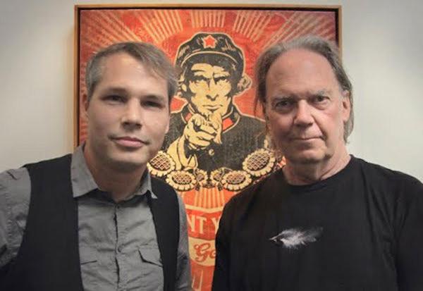 Fig. 18: Young sammen med Shepard Fairey, kunstneren der står bag malerierne i filmen.