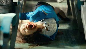 Fig. 3: En togstewardesse er blevet forvandlet til en zombie og man fornemmer tydeligt de forvredne og uhyggelige kropsstillinger, der er med til at gøre Train to Busans zombier til noget helt specielt.
